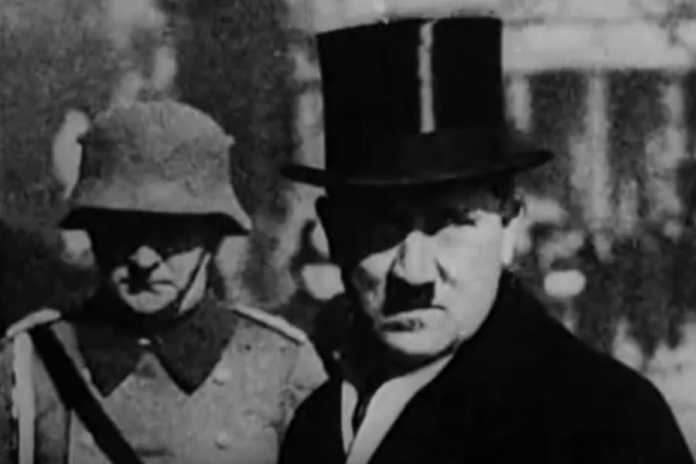 Adolf Hitler w cylindrze.