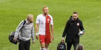 Kamil Glik ze złamanym nosem schodzi z boiska. Foto: yt