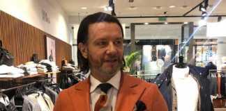 Radosław Majdan pozuje w garniturze
