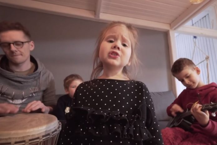 Hit internetu! Te dzieci nie boją się koronawirusa! Foto: print screen z YouTube/Karol Koprukowiak Video