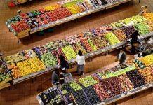 Warzywa i owoce w marketach.