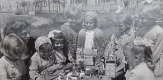 Krystyna Pawłowicz (pierwsza z lewej) i Krystyna Janda (siedzi po prawej) na zdjęciu z dzieciństwa.